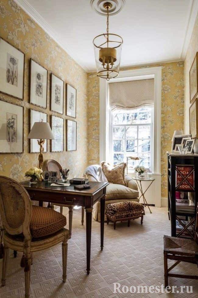 Маленький кабинет в стиле гранж с деревянной ретро мебелью