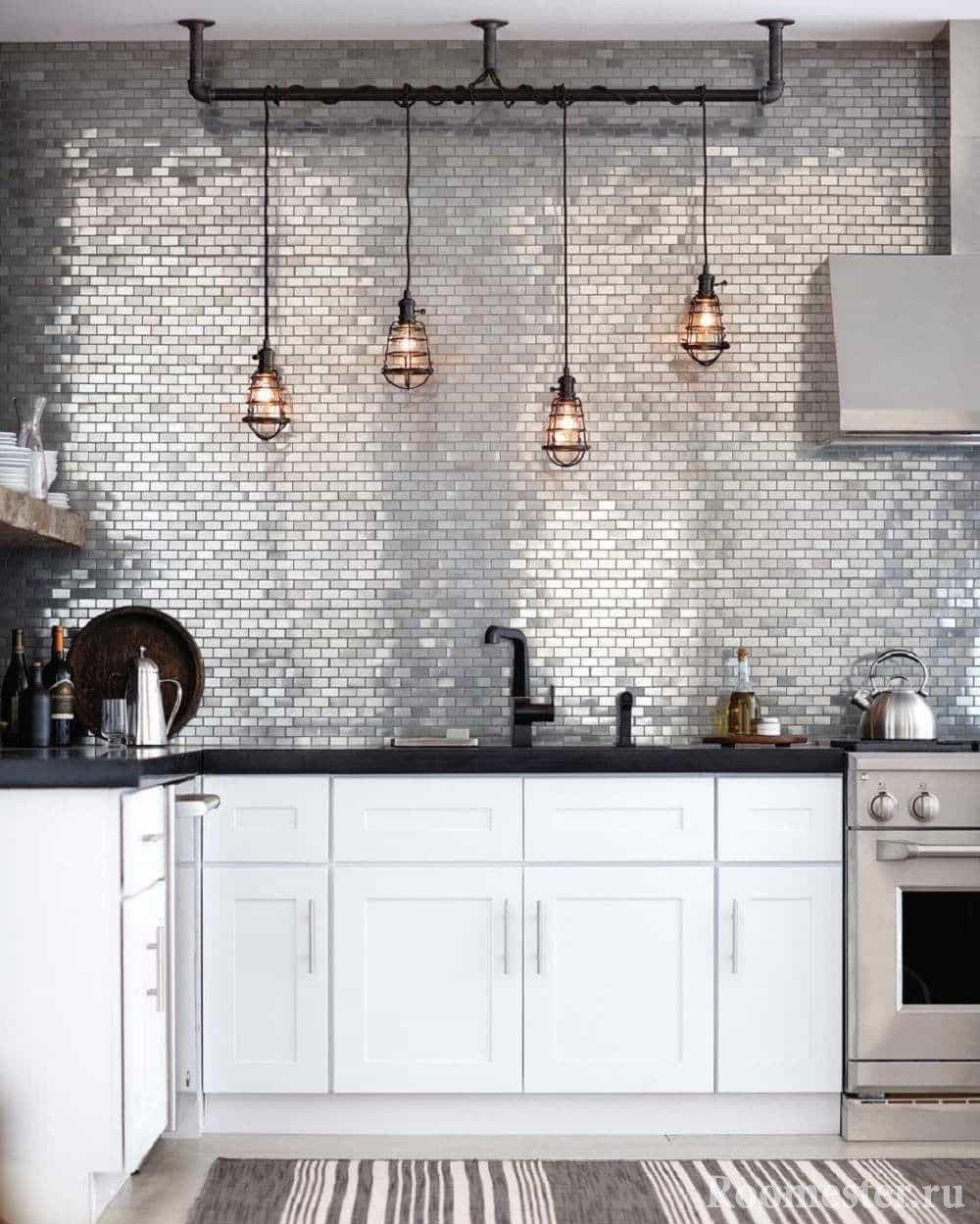 Кухня в стиле гранж с фартуком серебряного цвета и ретро светильниками над рабочей зоной