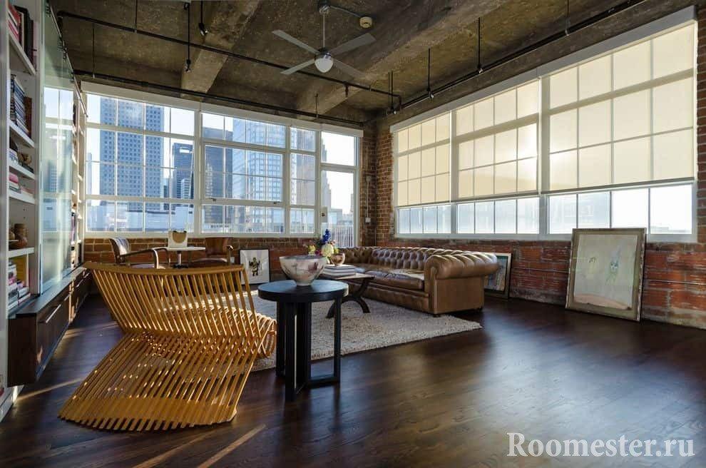 Гостиная комната с огромными окнами в стиле гранж