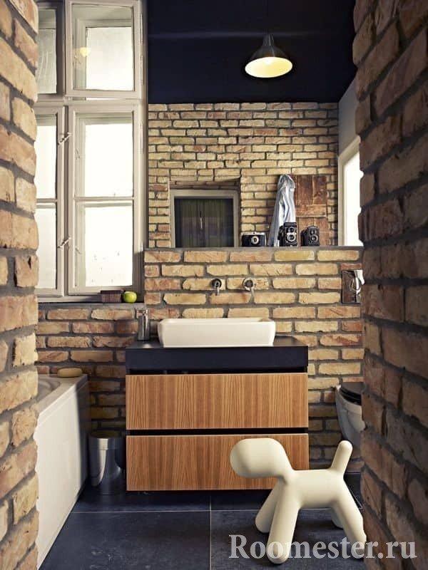 Кирпичные стены в ванной