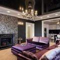 Гостиная с фиолетовым диваном