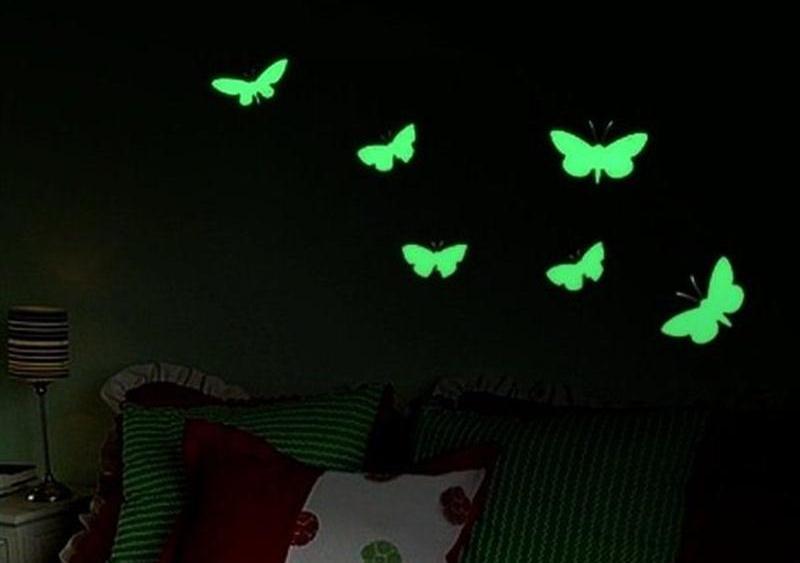 Бабочки над диваном