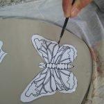 Обводим и вырезаем бабочку