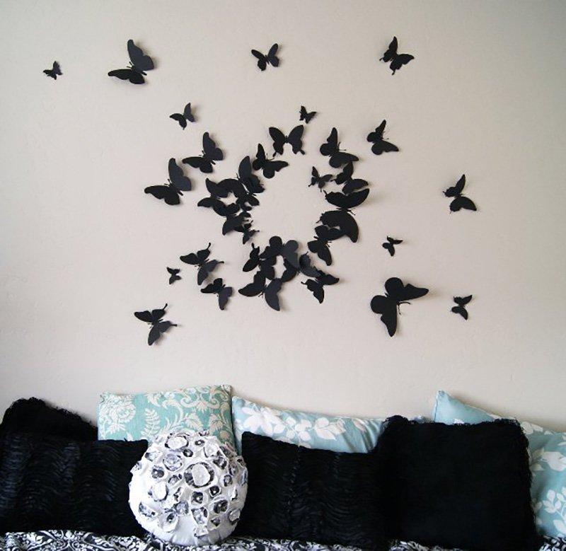 Бабочки из картона над диваном