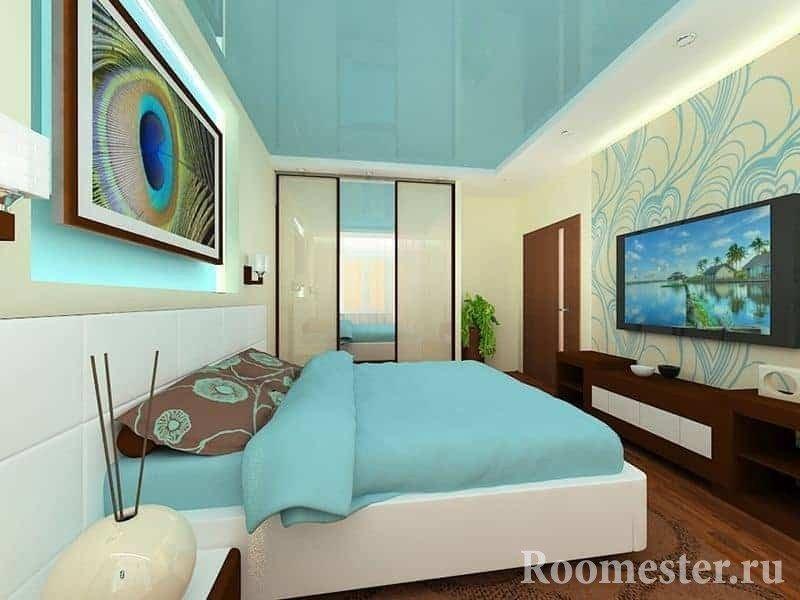 Вытянутая спальня с глянцевым потолком бирюзового цвета