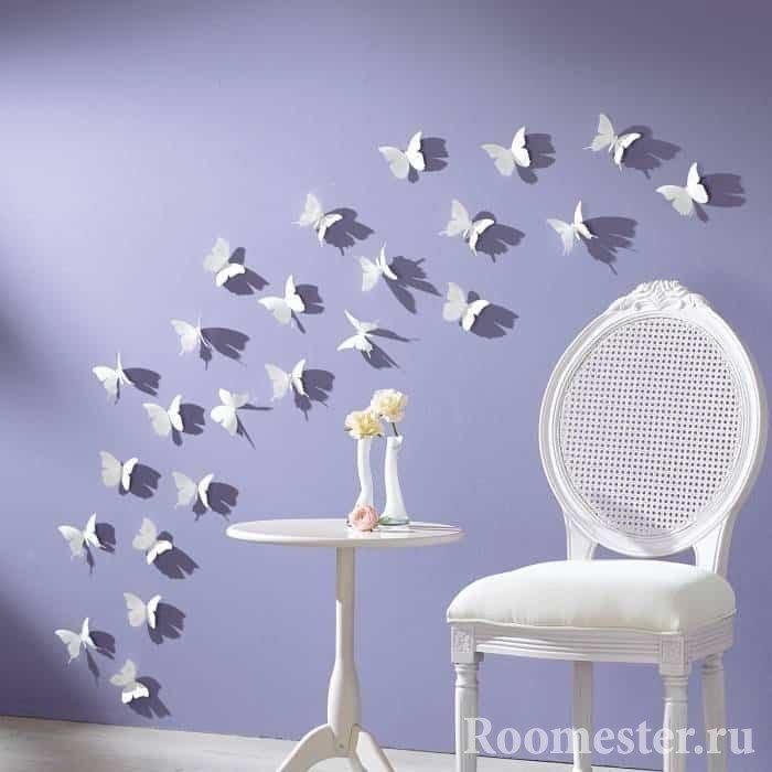 Белые бабочки на стене