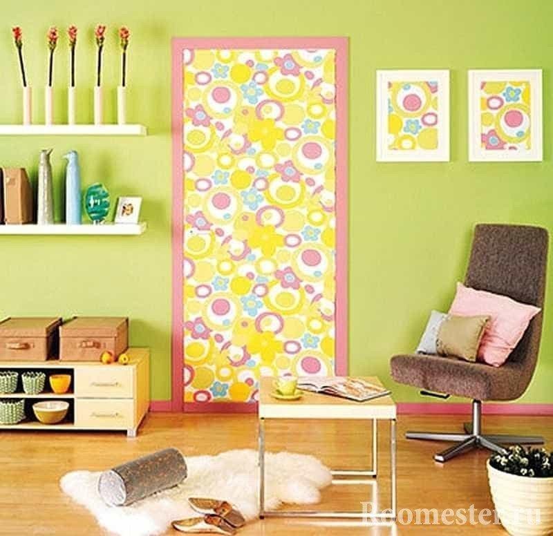 Дверь и картины оклееные одним рисунком