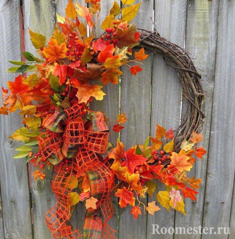 Красивое украшение - венок из веток и листьев