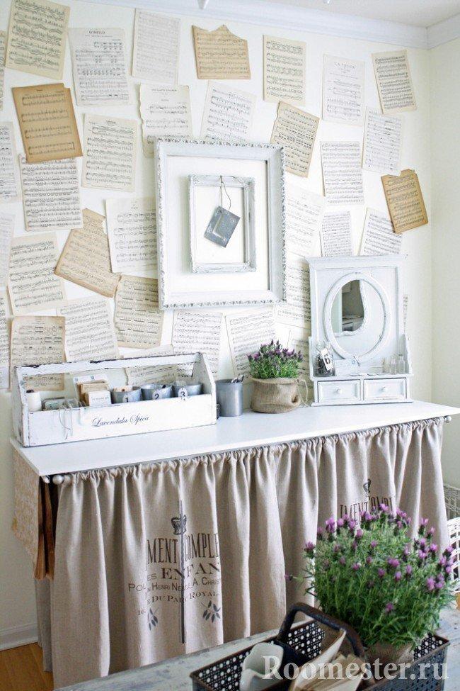 Нотные листки на стене