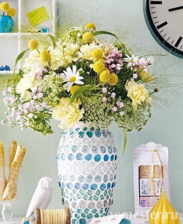Декор вазы цветными камнями