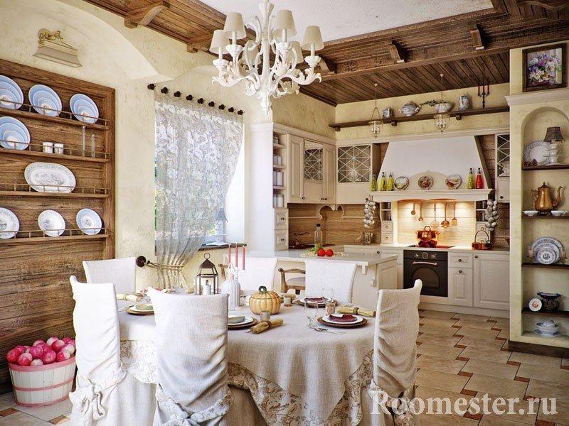 Кухня-столовая со стульями в чехлах