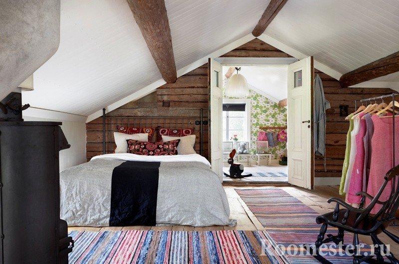 Полосатые коврики в спальне