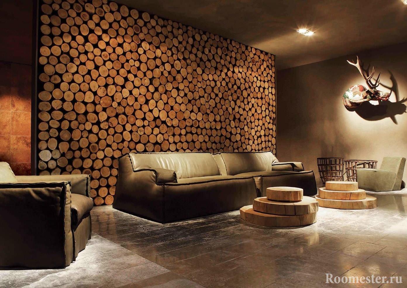 Деревянные спилы дерева как украшение стен гостиной