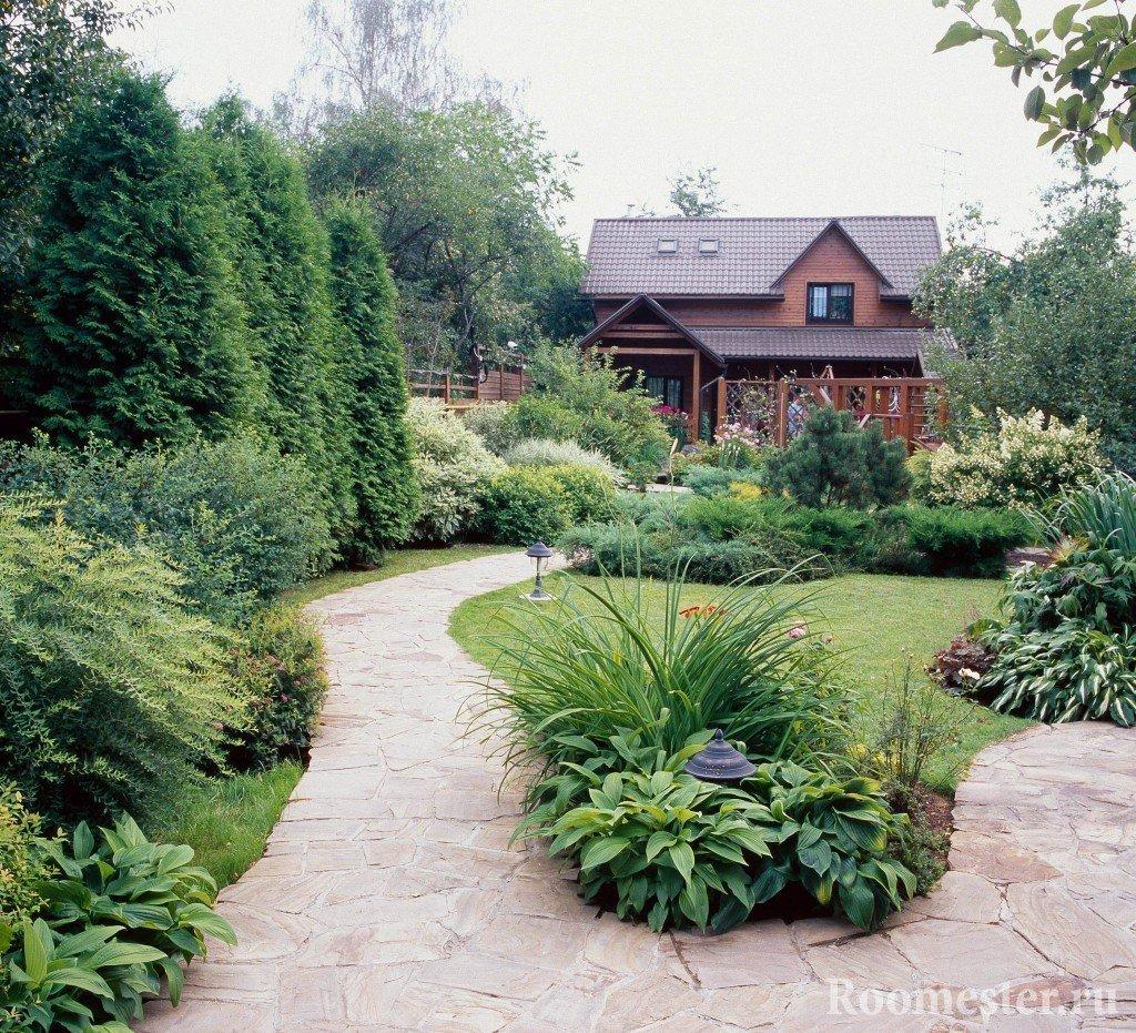 Небольшой сад во дворе