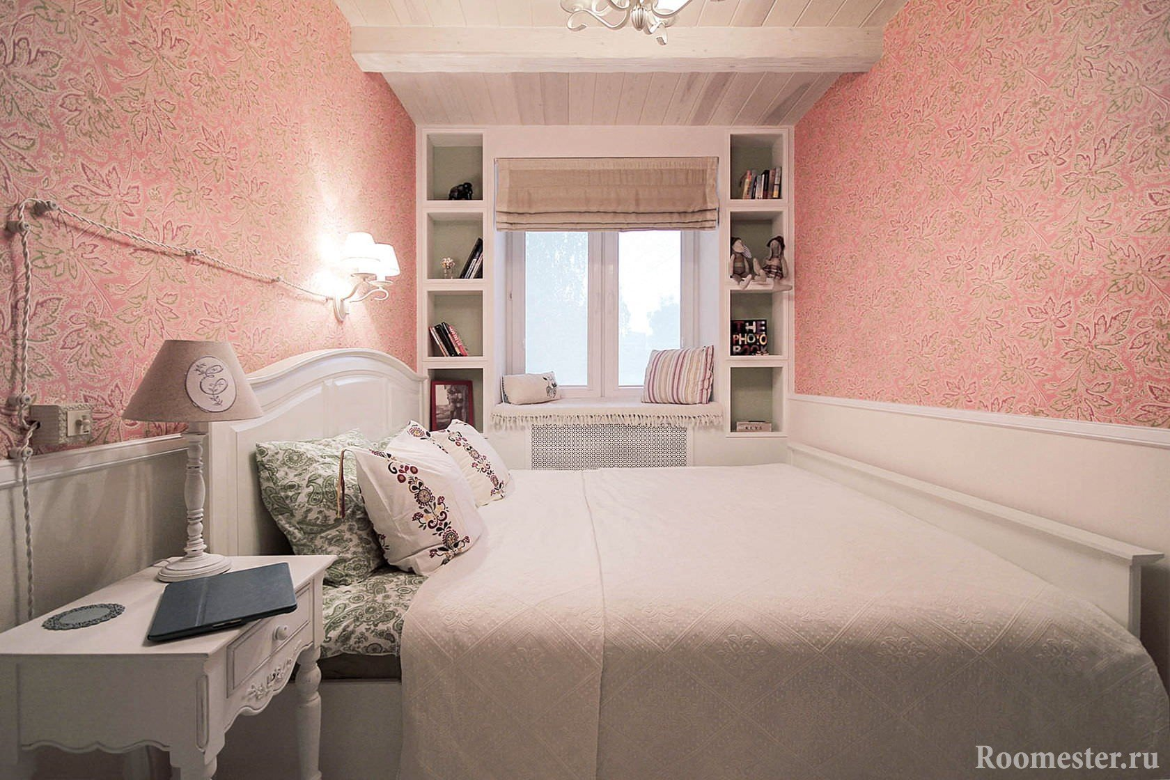 Спальня с отделкой обоями и потолком под дерево