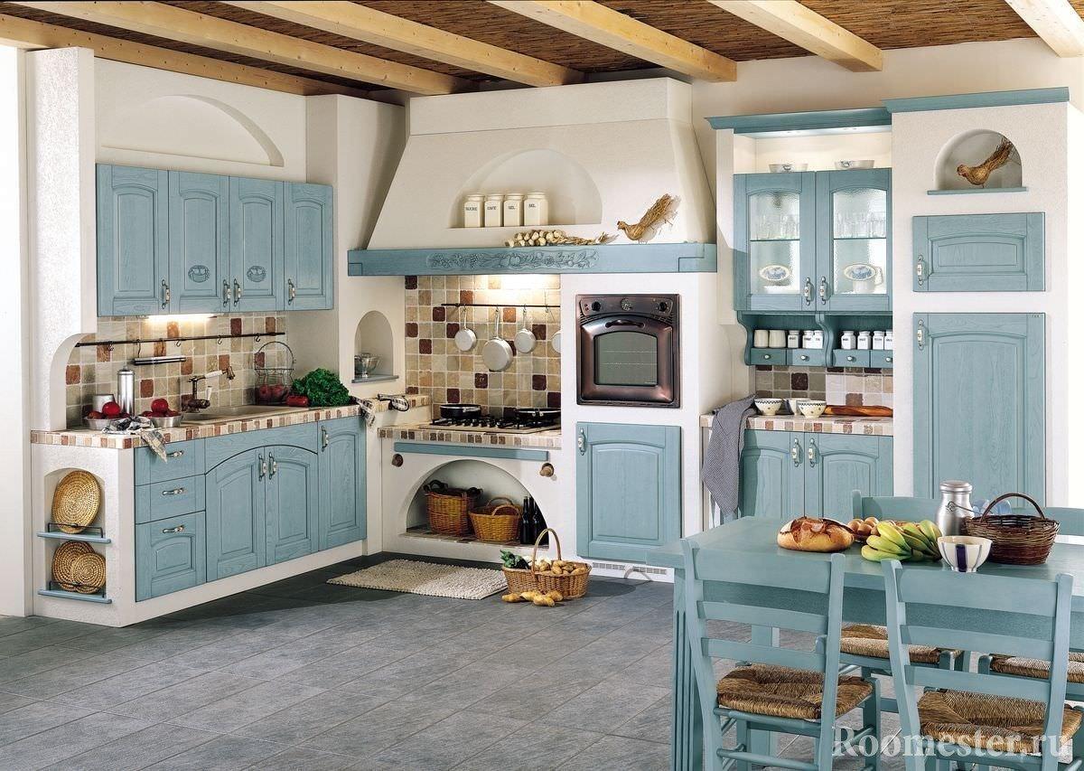 Голубые фасады в белой кухне