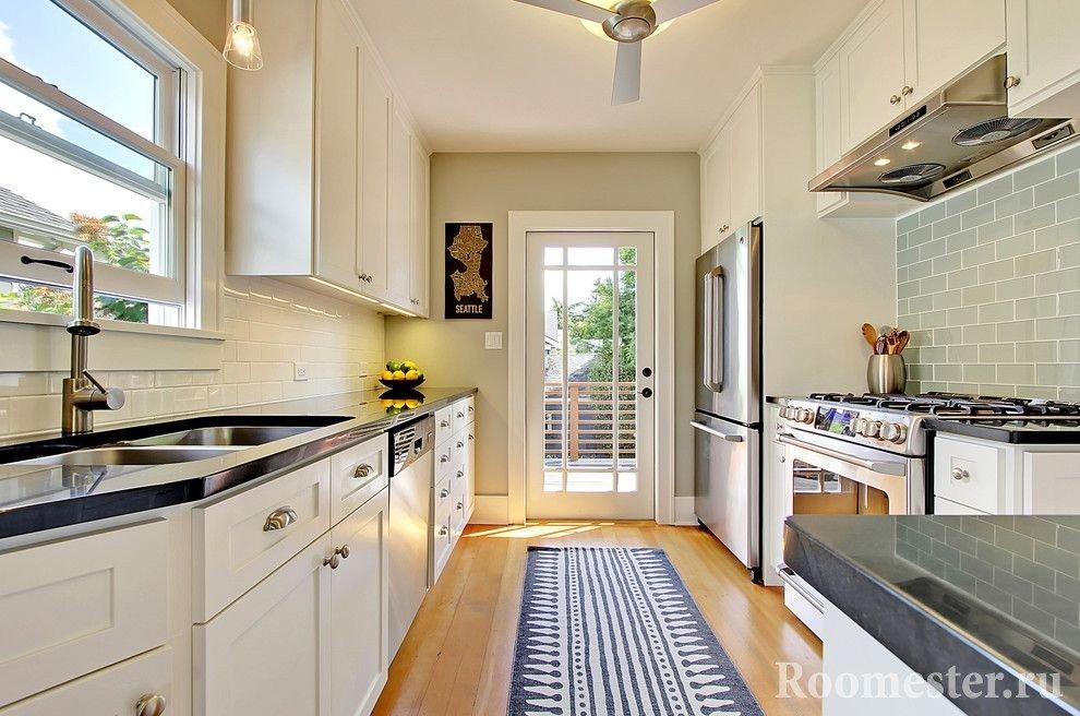Вытянутая кухня с выходом на балкон