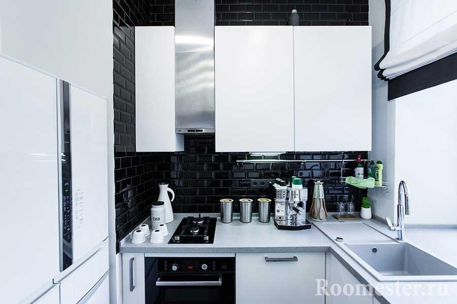 Черно-белая кухня в хрущевке с большим холодильником
