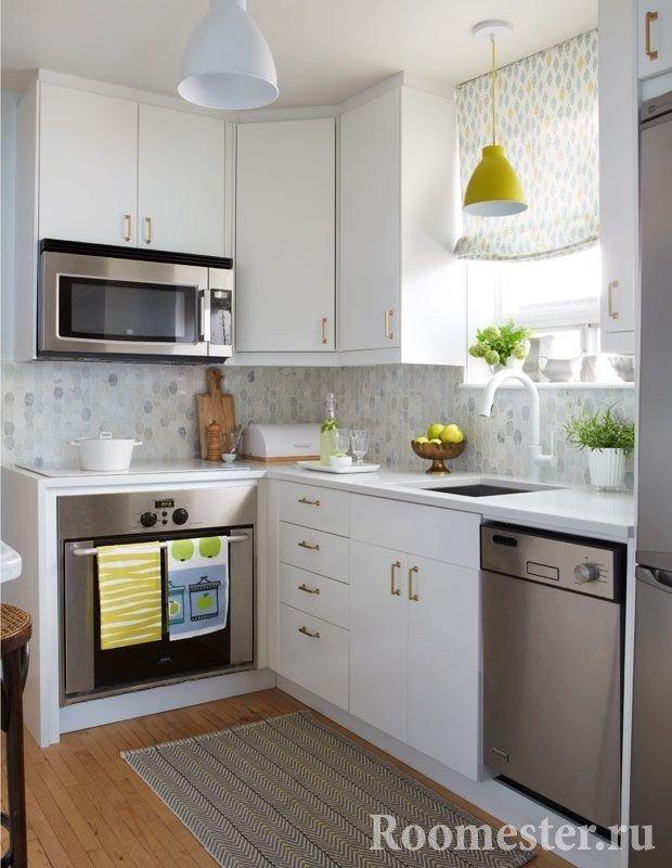 Угловая кухня с римскими шторами и обоями с похожим орнаментом