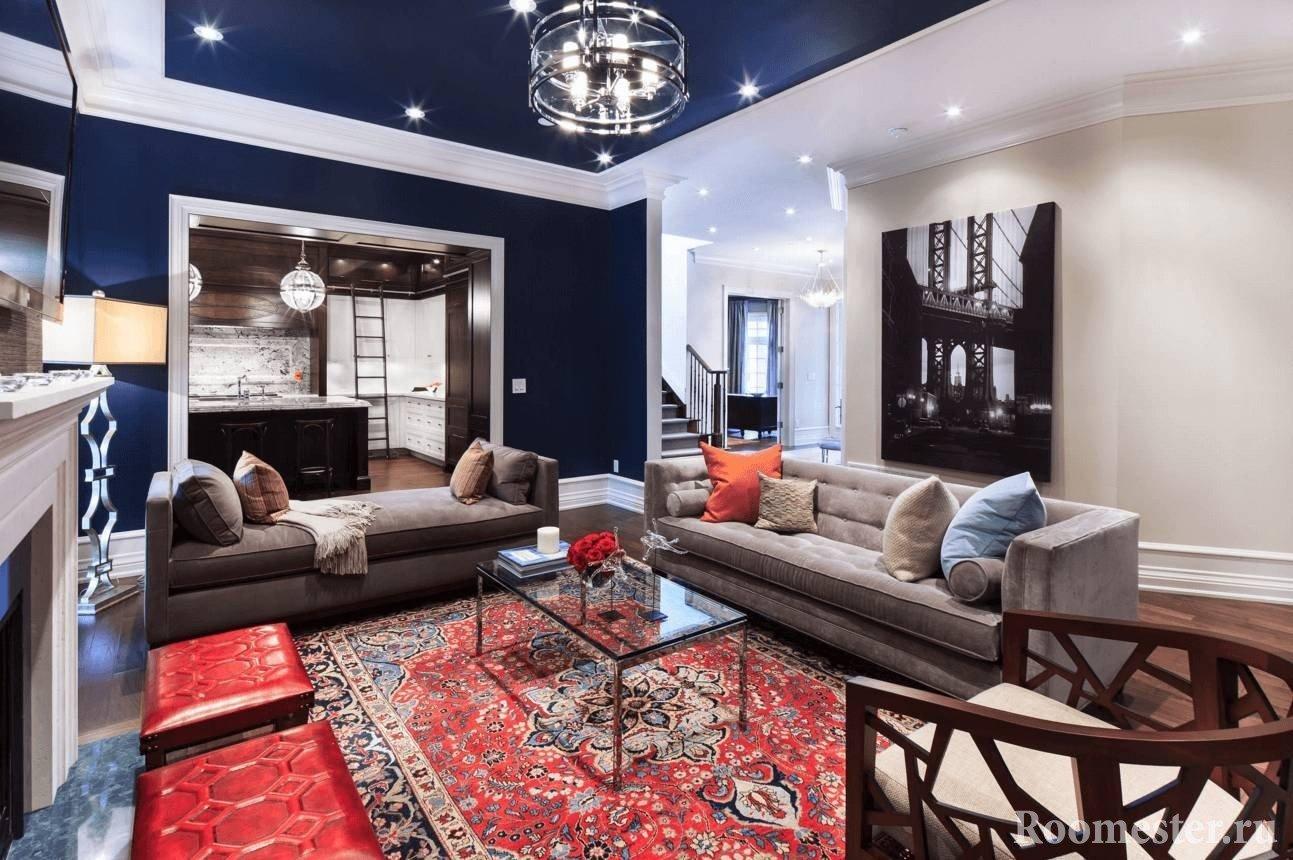 Потолок покрашенный в синий цвет