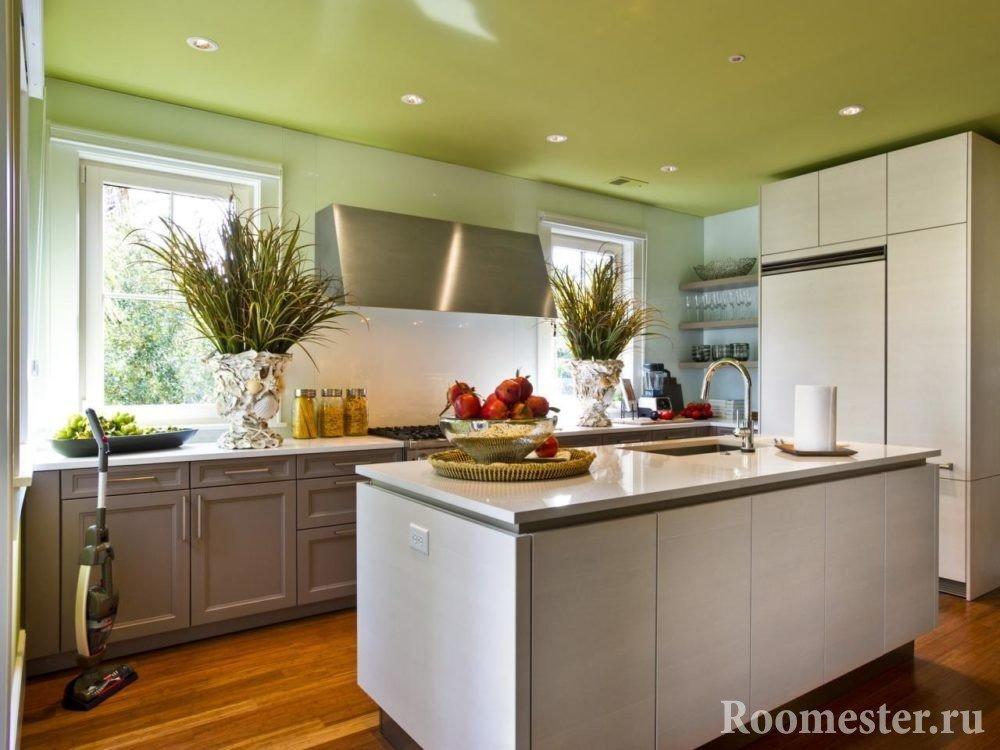 Зеленый потолок с точечными светильниками