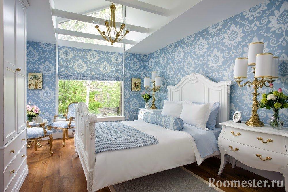 Светлая спальня со шторами и стенами голубого узора