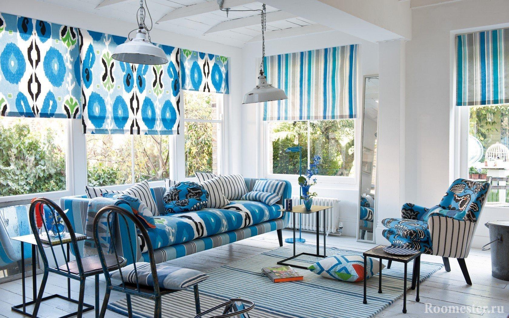 Шторы и мебель с оттенками голубого
