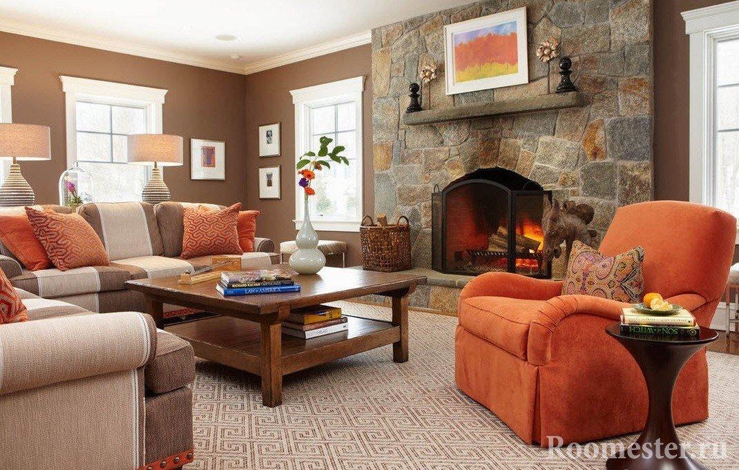 Коричневые стены и оранжевая мебель