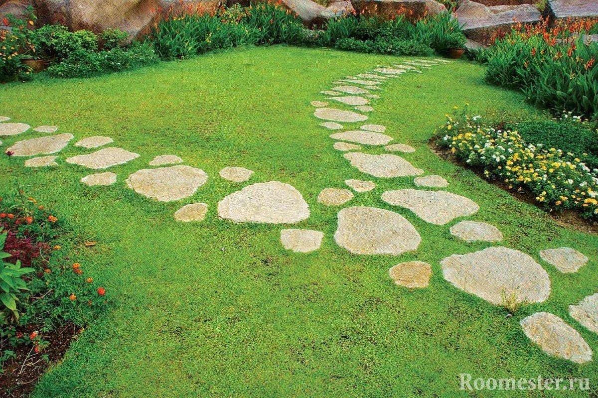 Каменная дорожка на газоне