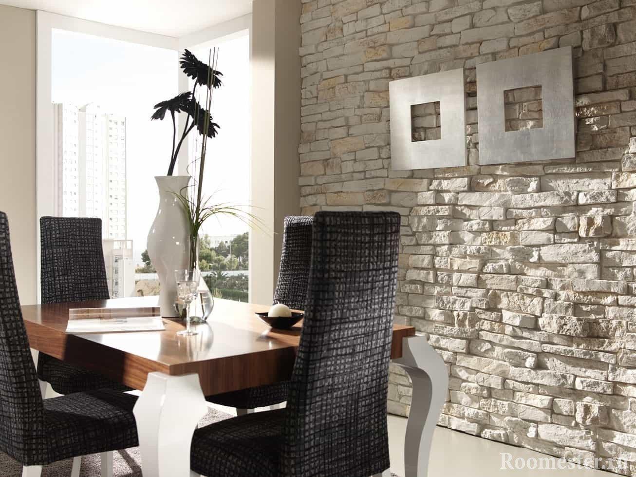 Отделка стены светлым декоративным камнем в столовой