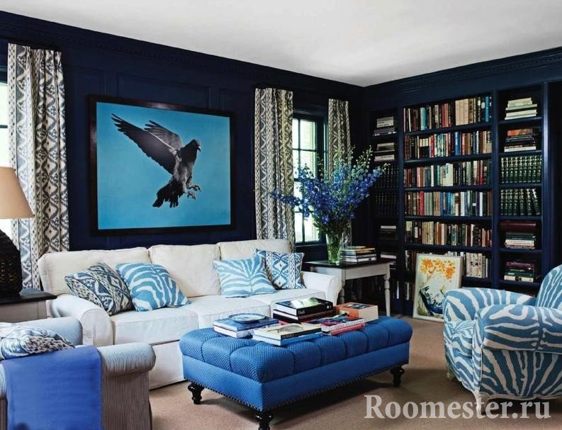 Сочетание темно синих стен и светлых деталей декора