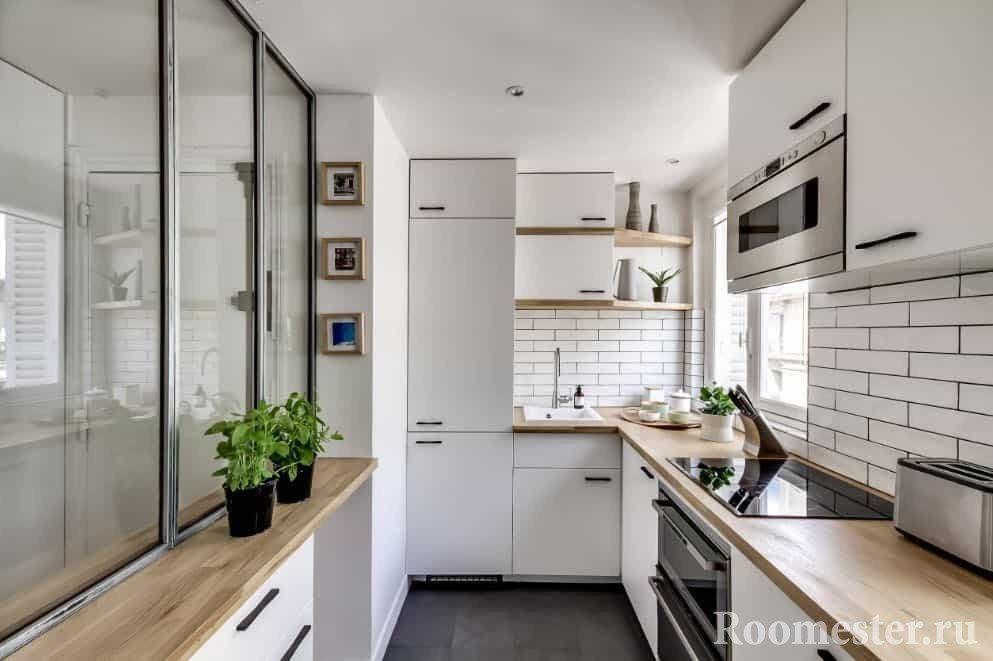 Узкая маленькая кухня в белом