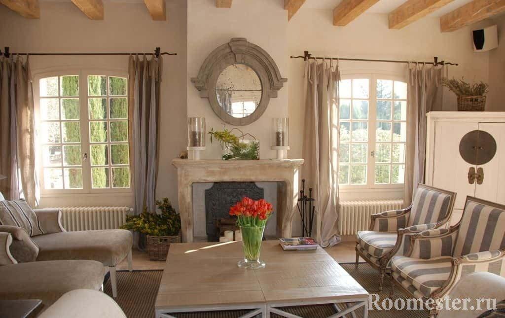Гостиная с французскими окнами и камином
