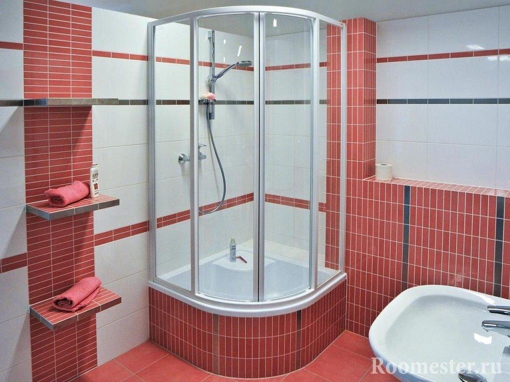 Душевая кабина в бело-розовой ванной комнате