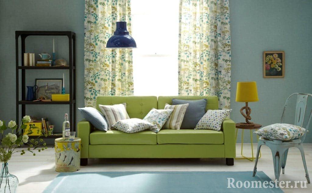 Гостиная в голубом цвете с зеленым диваном