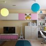 Разноцветные люстры на потолке