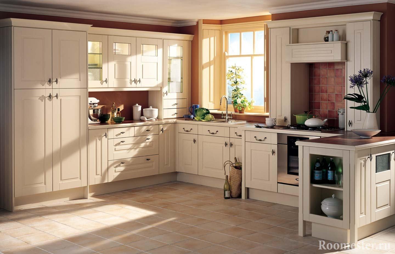 Современная классическая кухня с окном