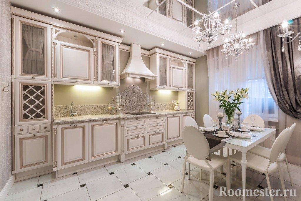 Кухня с зеркальным потолком