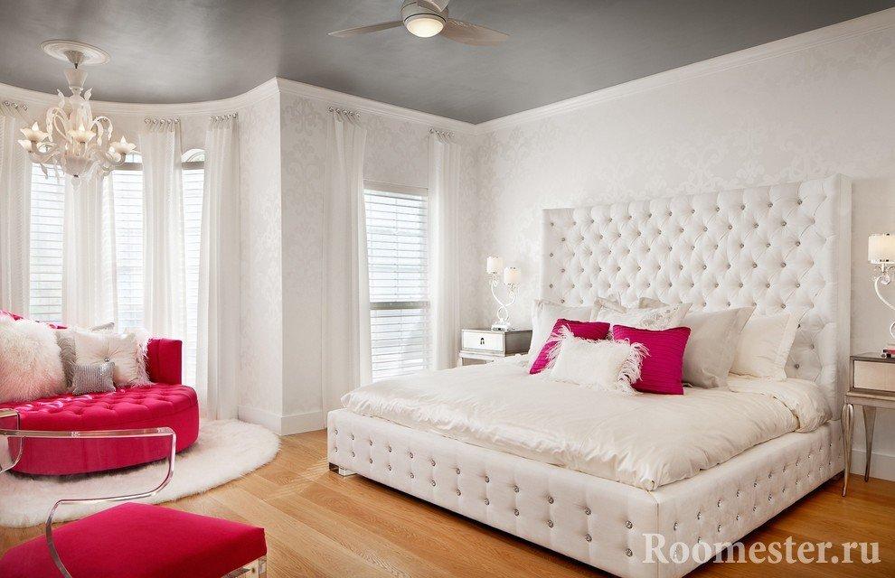 Белые обои и серый потолок