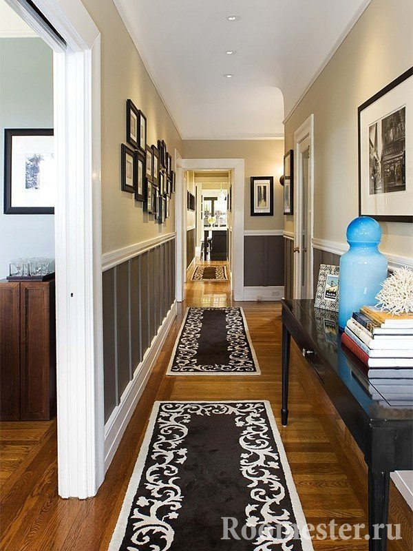 Интерьер узкого коридора с высокими потолками
