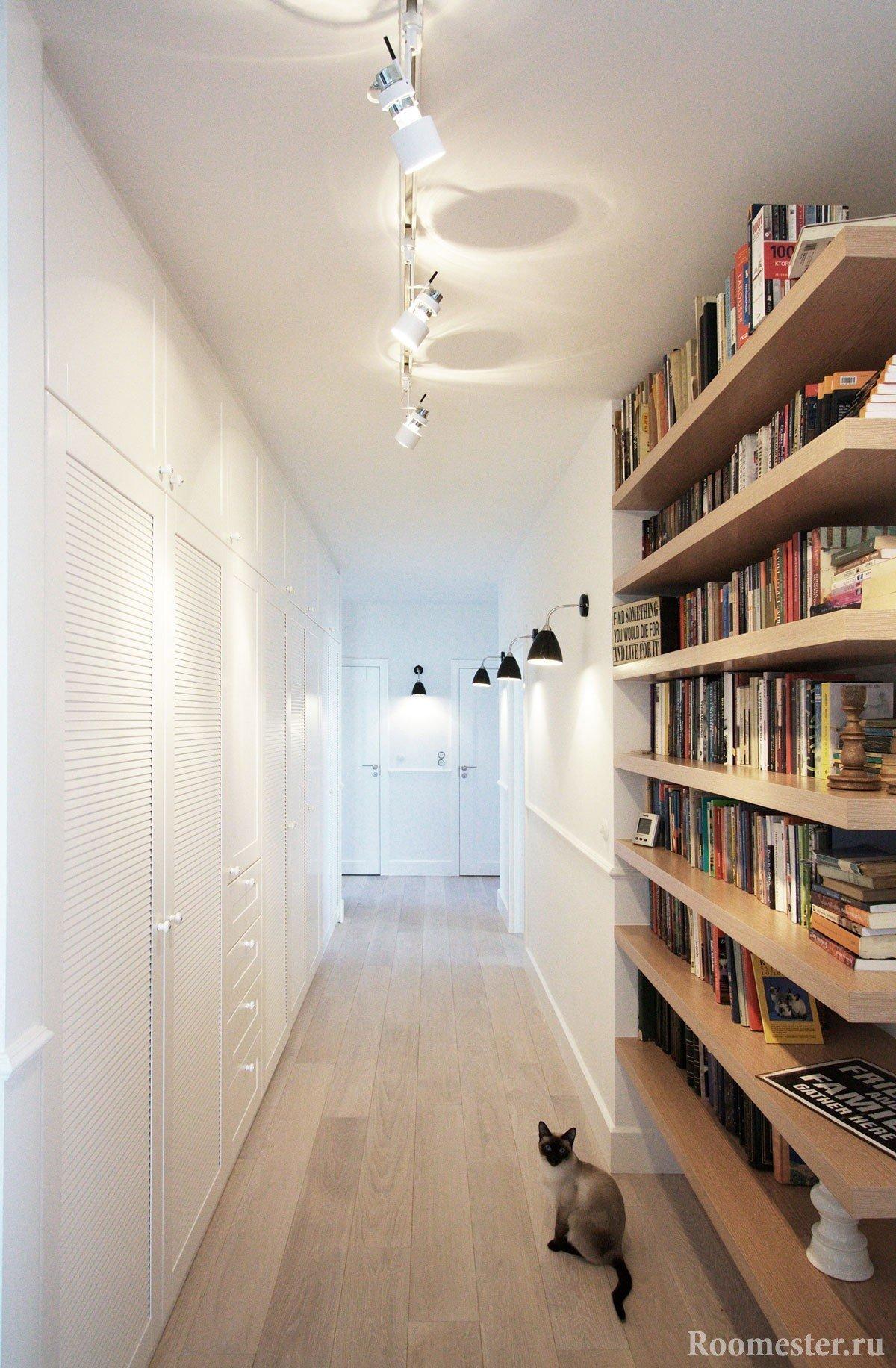 Подсветка узкого коридора с шкафами встроенными вдоль стены