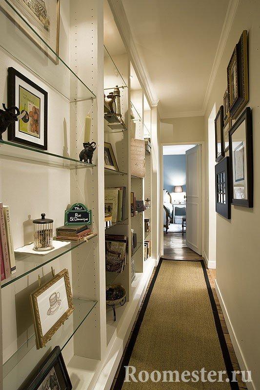 Стеллажные полки в длинном коридоре