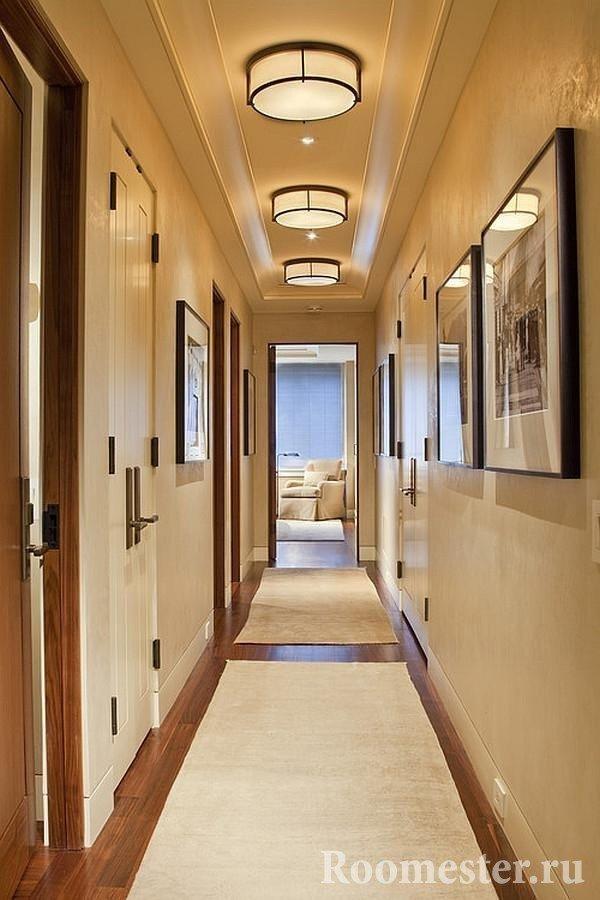 Отштукатуренные стены в узком и длинном коридоре