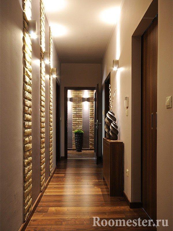 Подсветка в узком коридоре создает ощущение пространства
