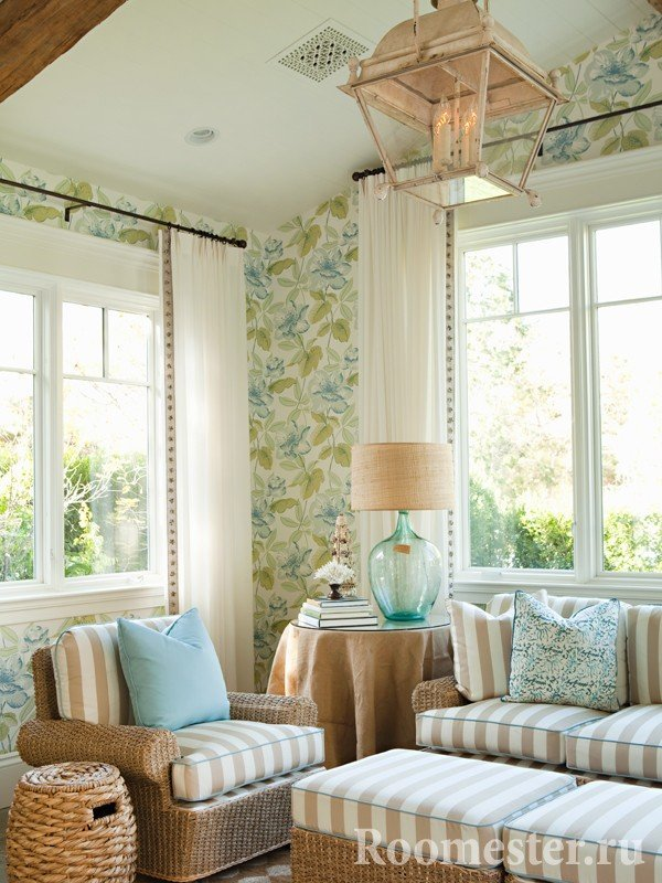 Гостиная с двуями окнами в эко стиле