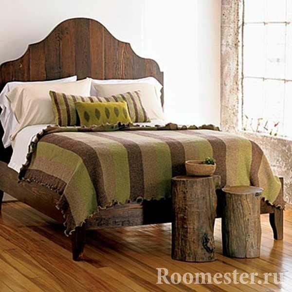 Деревянные тумбочки в спальне