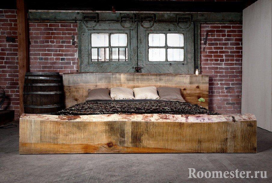 Кровать из необработанного дерева