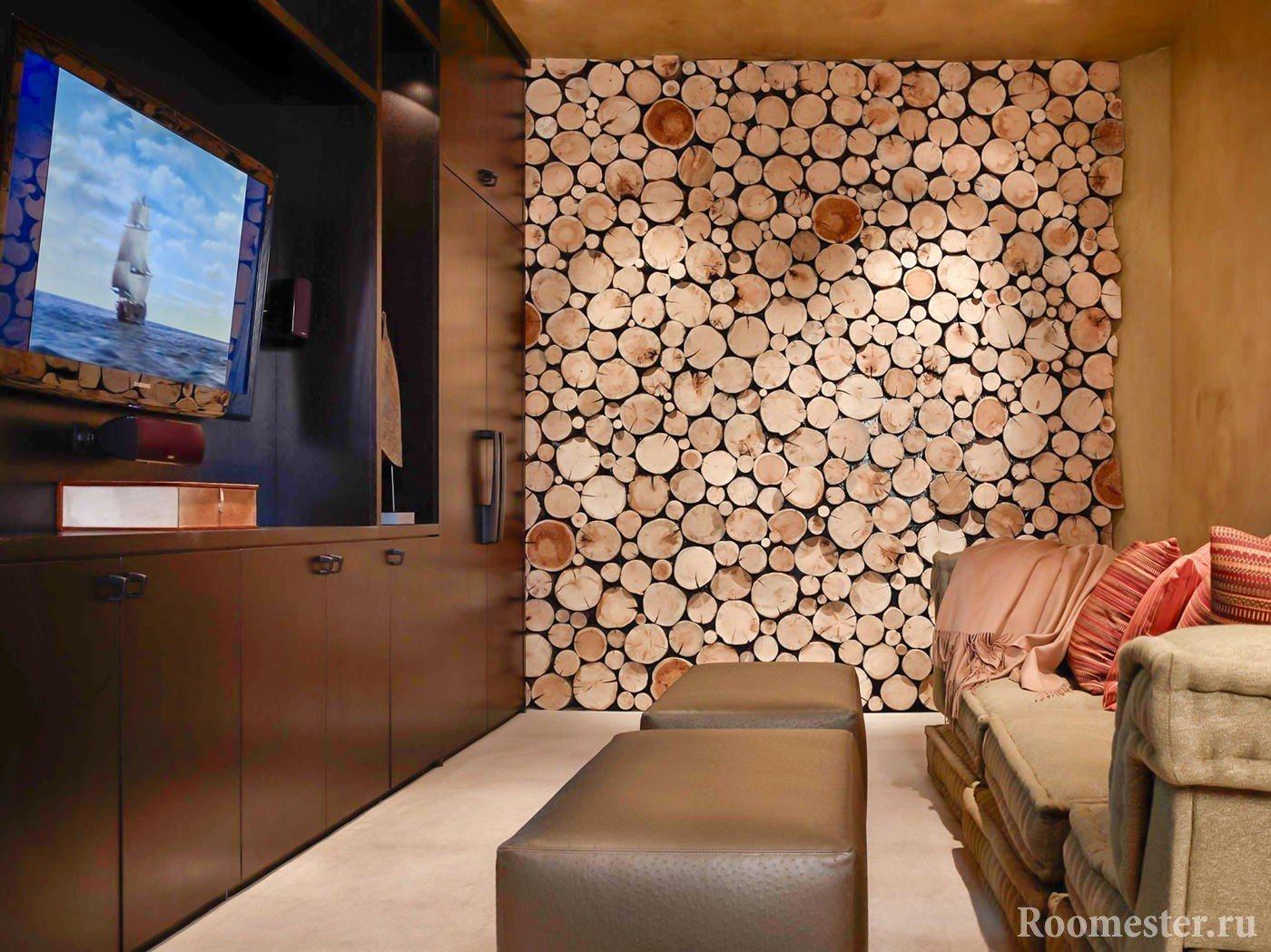 Стена из спила дерева в гостиной