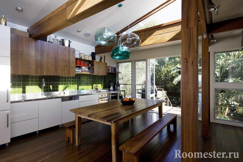 Деревянные балки и мебель в кухне в эко стиле