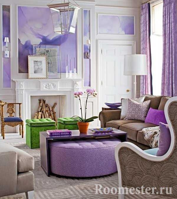 Яркий фиолетовый в гостиной с камином